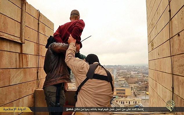 bøsse som ISIS smider ud fra en høj bygningjpg