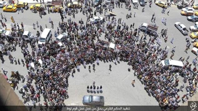 muslimer venter på at bøsser bliver smidt ned