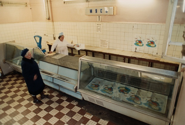 04 Oct 1990, Moscow, USSR --- Customer at Empty Meat Market Reuters/Staff BEST QUALITY AVAILABLE - RTR1ZVYP